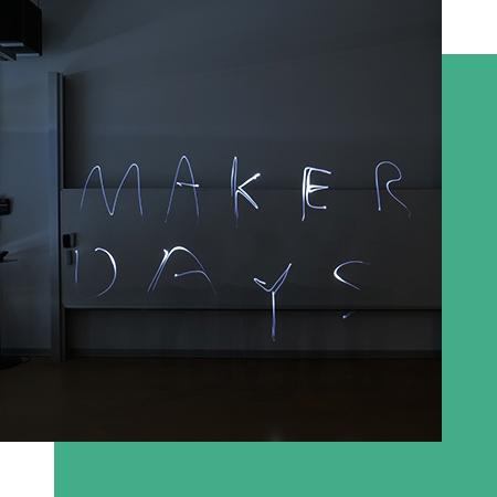 Das Wort Maker Days, mit Langzeitbelichtung geschrieben